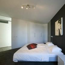 Slaapkamer met vloerbedekking
